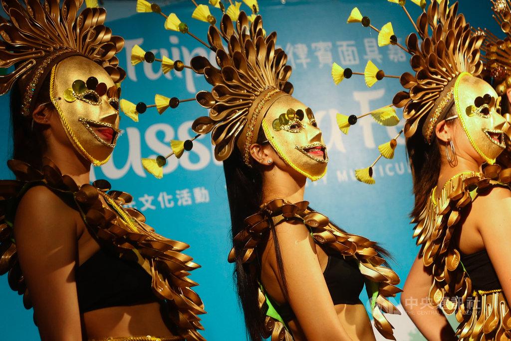 台北市政府20日在台北街頭舉辦菲律賓面具嘉年華活動,參與者戴上面具盛裝打扮,吸引眾人目光。中央社記者王騰毅攝 109年9月20日