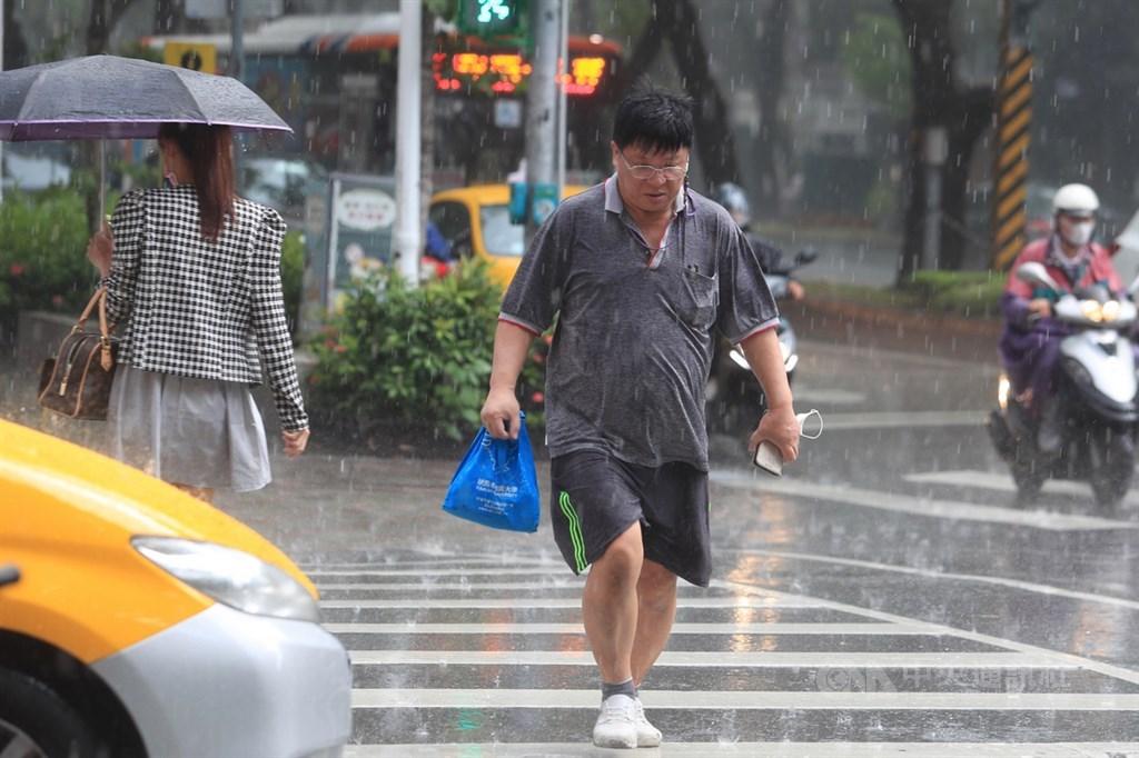 中央氣象局20日上午11時發布8縣市大雨特報,降雨主要在南部及東部。(中央社檔案照片)