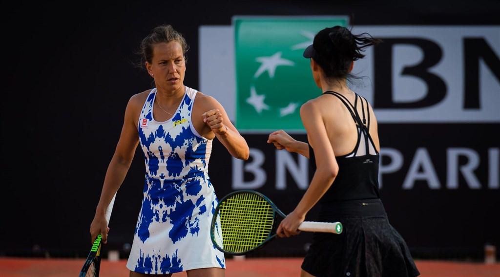 網球女雙世界球后謝淑薇(右)和捷克搭檔史翠可娃(左),19日在羅馬網球賽女雙4強挺進決賽,20日將挑戰本季女雙第4冠。(圖取自twitter.com/WTA)