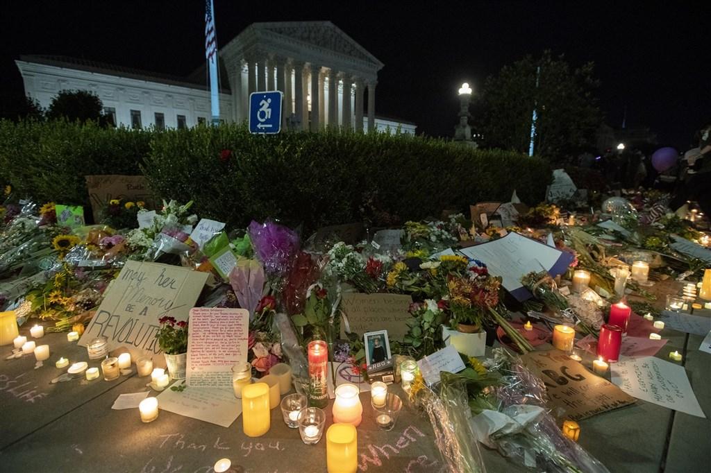 畢生致力爭取平權的自由派大法官金斯柏格辭世,數千人19日聚集在最高法院外向她致敬。(法新社)