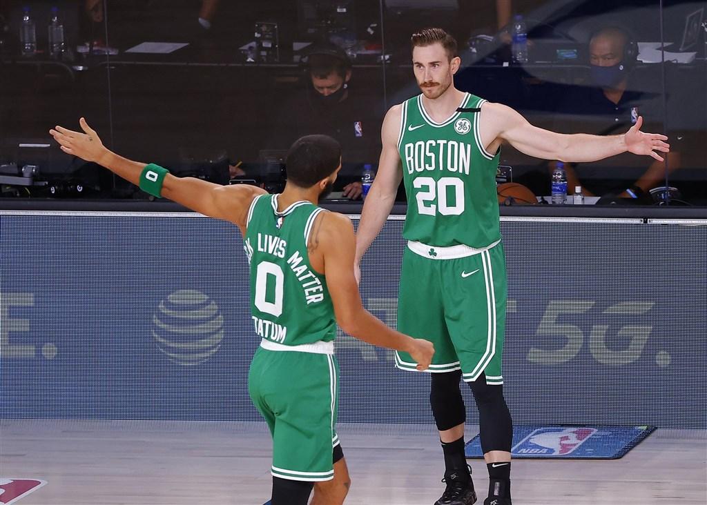 美國職籃NBA波士頓塞爾蒂克主力海沃德(右)先前腳踝受傷,相隔一個月後在東區冠軍戰第3戰歸隊,教頭史蒂文斯19日表示,海沃德為球隊帶來穩定力量,歸隊後增加球隊防守靈活度。(圖取自twitter.com/gordonhayward)