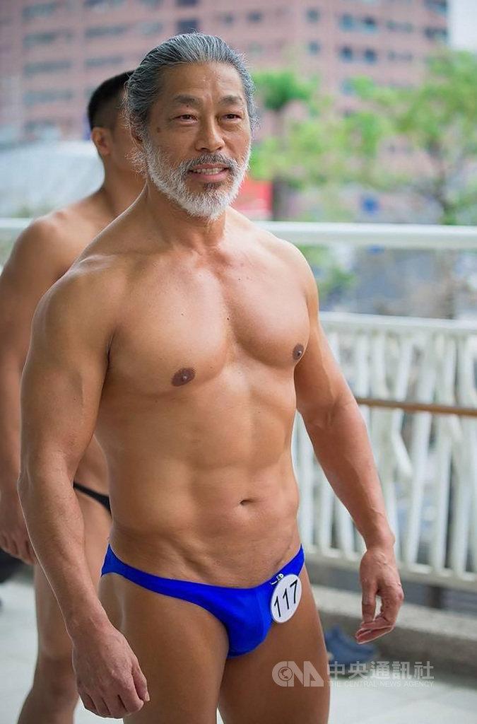 國家運輸安全調查委員會水路調查組調查官李寶康,外號寶哥,頭上頂著略長白髮,臉上蓄著白鬍,已65歲的他一身精壯結實的肌肉,毫不遜於年輕人,2020年是他第10年參加總統盃健美比賽,並拿下第2座冠軍獎盃。(李寶康提供)中央社記者汪淑芬傳真 109年9月20日