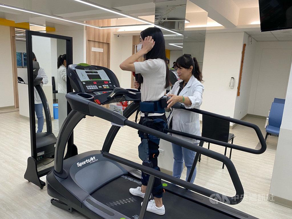 代工廠緯創旗下緯創醫學科技21日宣布,外骨骼機器人Keeogo已獲得衛福部醫療器材許可證,透過行動感測器感應髖關節與膝蓋角度的變化,以人工智慧技術帶動伺服馬達,輸出動力輔助使用者完成行動。中央社記者吳家豪攝 109年9月21日