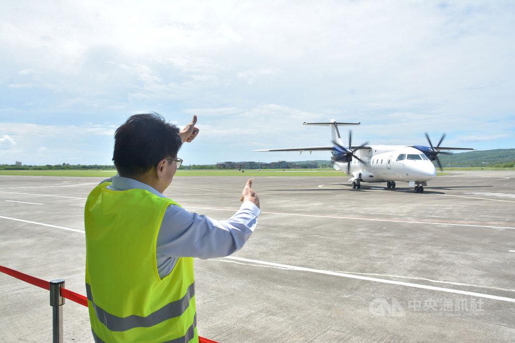 屏東縣政府21日首次在恆春機場辦理國際試航,菲律賓白金航空公司自馬尼拉機場飛至恆春機場,屏東縣長潘孟安親自到場迎接,向機師致意。(屏東縣政府提供)中央社記者郭芷瑄傳真 109年9月21日