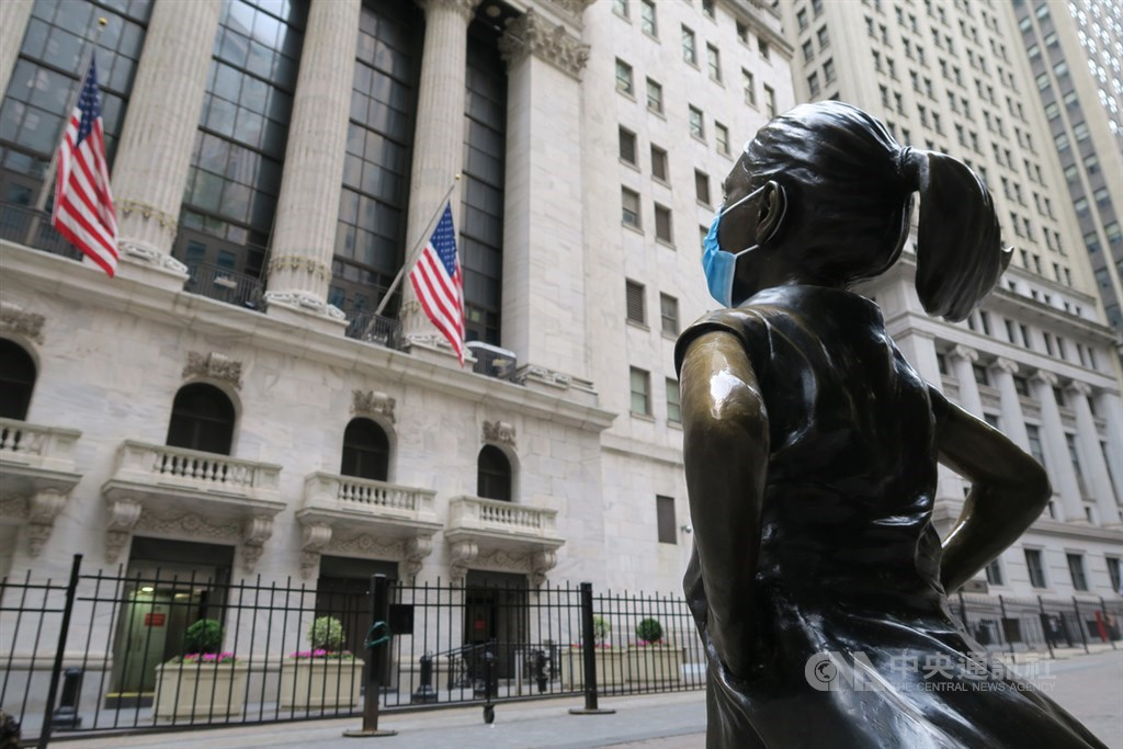 由於投資人擔憂當局再度祭出武漢肺炎防疫封鎖令,美國股市道瓊指數21日開盤重挫600多點。圖為紐約證券交易所與對街戴上口罩的大無畏女孩銅像。(中央社檔案照片)