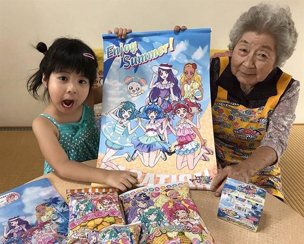 住在日本沖繩本島中部的老奶奶跟小孫女去年「出道」開始拍攝影片當起YouTuber,年紀雖相差逾80歲,但合力賣萌記錄生活,介紹沖繩文化及料理等,受網友好評。(圖取自instagram.com/momokatsuchannel)
