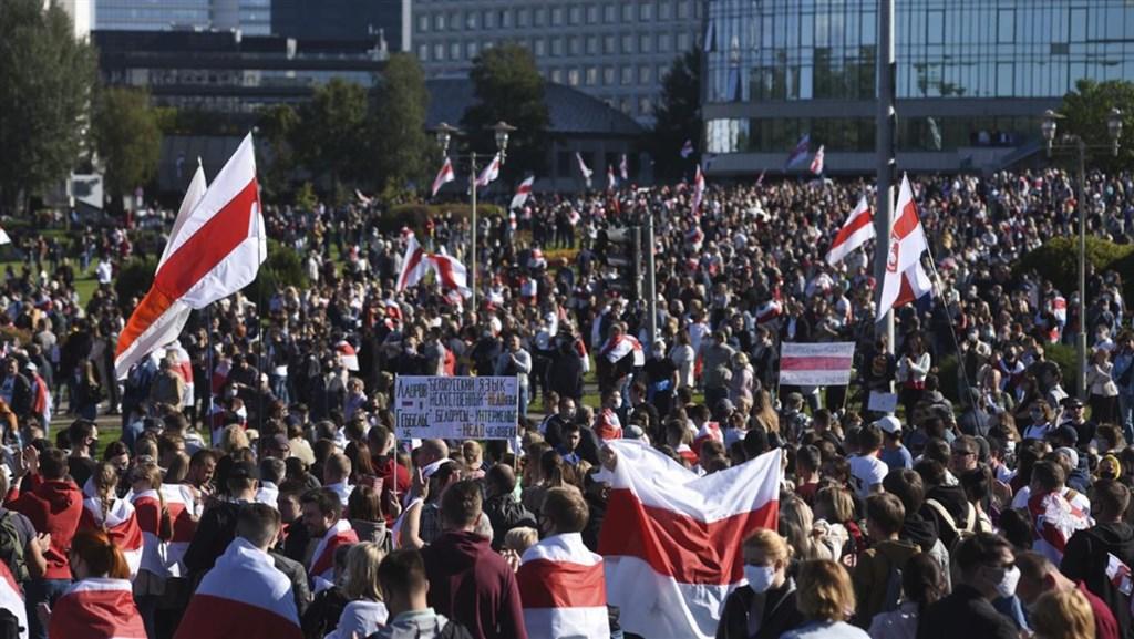 白俄羅斯總統魯卡申柯宣稱在8月9日大選囊括8成選票連任引爆國內示威潮,首都明斯克20日又有逾10萬人上街抗議。(安納杜魯新聞社)