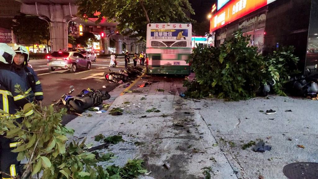 台北市內湖區21日晚間發生一輛公車因不明原因衝撞至人行道事件,造成1死1傷,路邊停放20多輛機車也遭撞損,現場一片狼藉。(翻攝照片)中央社記者黃麗芸傳真 109年9月21日