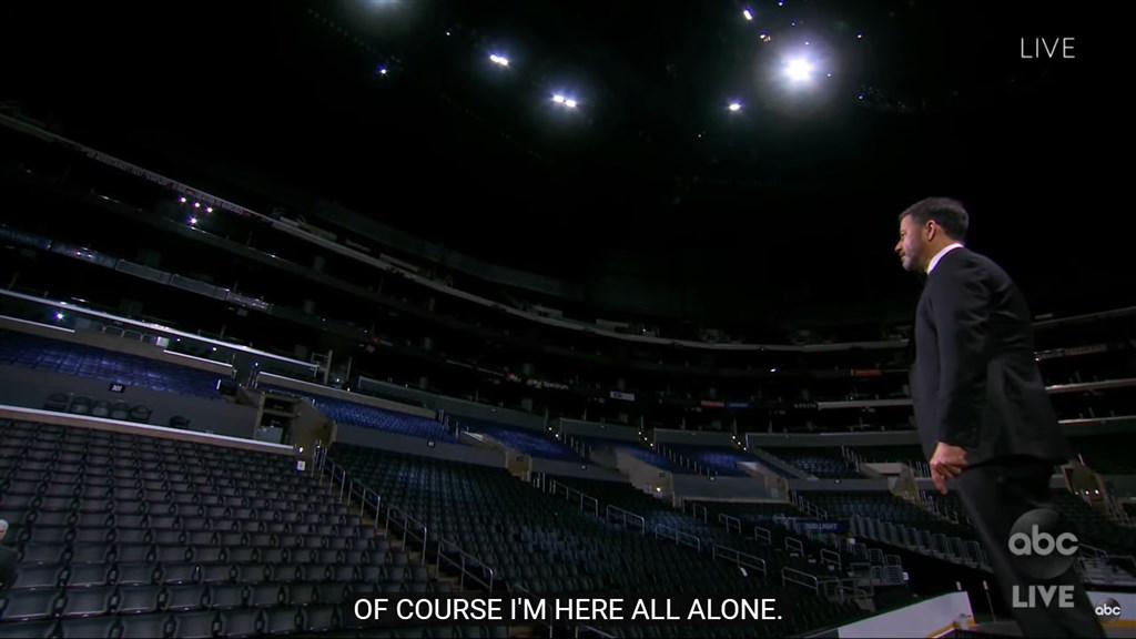 美國電視圈盛事艾美獎20日在加州洛杉磯登場,主持人吉米金摩面對空無一人的會場,替頒獎典禮揭開序幕。(圖取自ABC YouTube頻道網頁youtube.com)