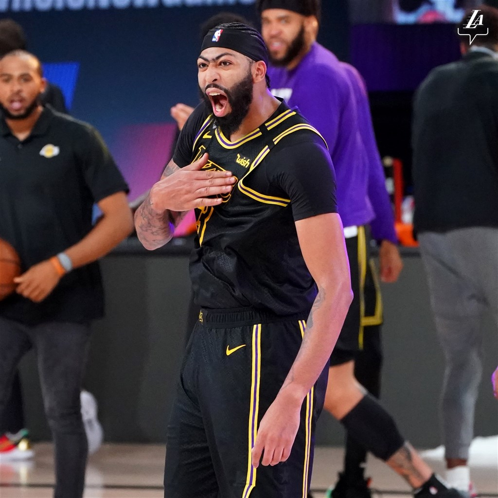 NBA洛杉磯湖人隊20日靠球員戴維斯(前)壓哨三分球,以105比103力退金塊;湖人季後賽3度穿黑曼巴球衣都贏球,戴維斯說:「我們從不想穿著這套球衣輸球。」(圖取自twitter.com/Lakers)