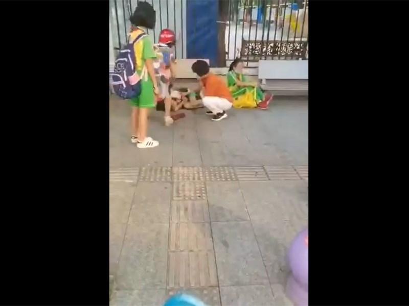 廣東省廣州市番禺區的一所幼兒園附近21日上午發生一起砍人案,從網路上流傳的影片可見,2名背著書包的學生倒臥在地,地面有血跡。(圖取自twitter.com/wuwenhang)