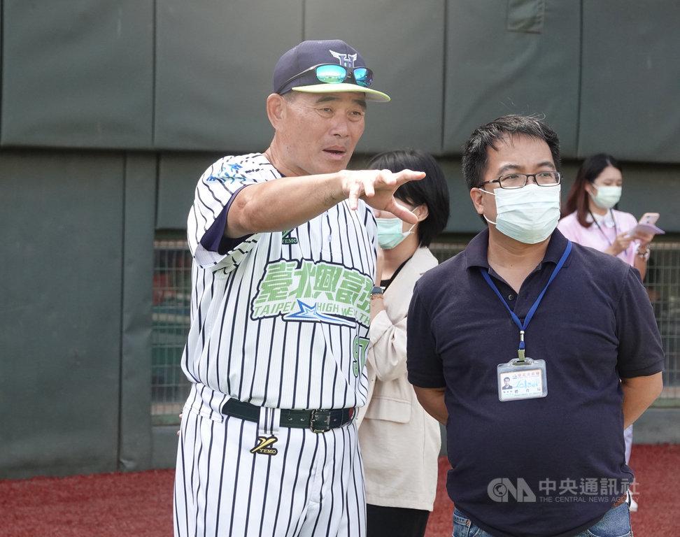 天母棒球場人工草皮完工後21日正式啟用,台北興富發隊總教練呂明賜(左)稱讚整修後環境好很多、排水不錯,但也提到重要的還是後續的保養。中央社記者謝靜雯攝 109年9月21日