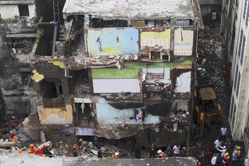 印度孟買鄰近城市比萬迪市一棟3層住宅大樓21日凌晨倒塌,至少20人死亡,已救出20多人,仍有15人失蹤。(法新社)