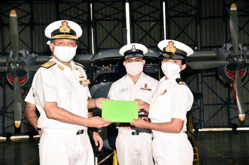 印度海軍21日授階給兩名女軍官,倆人將擔任海軍艦載直升機的飛行員。右為其中一名女軍官提雅吉。(圖取自twitter.com/byadavbjp)