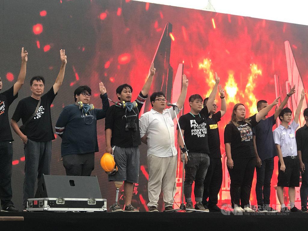 泰國法政大學學生19日舉行抗議活動,20日並到大皇宮遞交請願書要求王室改革。警方將以冒犯君主罪起訴主要的學生領袖。圖為主要學生領袖20日在舞台上喊話。中央社記者呂欣憓曼谷攝 109年9月22日