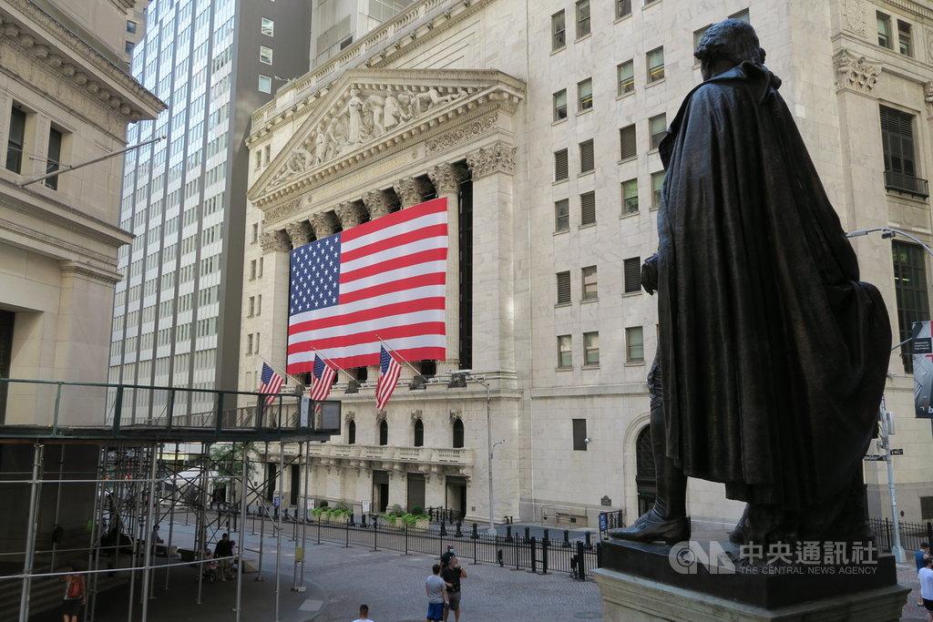 美股當地時間21日賣壓沉重,道瓊工業指數重挫509點,標準普爾500指數拉出近7個月來最長的連4黑跌勢。圖為華爾街與紐約證券交易所。中央社記者尹俊傑紐約攝 109年9月22日