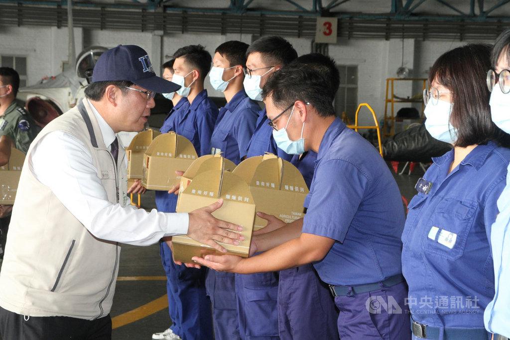 台南市長黃偉哲(左)22日下午到空軍台南基地勞軍,贈送禮盒給官兵。中央社記者楊思瑞攝  109年9月22日