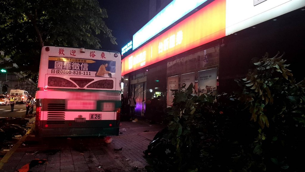 台北市內湖區21日晚間一輛公車衝撞人行道,造成1死1傷,北市公運處將依法開罰新台幣9萬元。(翻攝照片)中央社記者黃麗芸傳真 109年9月21日