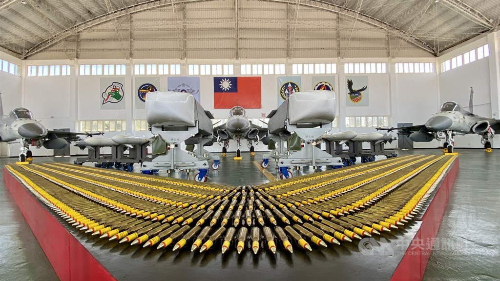 澎湖馬公基地「天駒部隊」22日在機棚中展出中山科學研究院自行研製的萬劍彈,還有3架IDF經國號戰機,及天劍二型飛彈、AIM-9P4響尾蛇飛彈等裝備。中央社記者張皓安攝 109年9月22日
