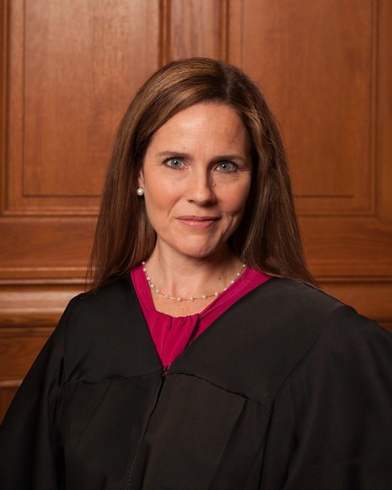 美國最高法院大法官金斯柏格病逝留下職缺,總統川普表示他正考慮5名繼任人選,可能於26日公布。媒體引述知情人士說法,指芝加哥上訴法院法官巴瑞特(圖)是最熱門人選。(圖取自維基共享資源網頁;作者Rachel Malehorn,CC BY 3.0)