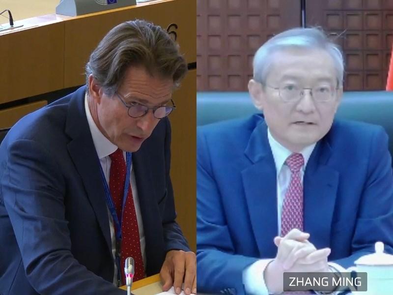 歐洲議會外交委會員21日傍晚召開視訊辯論會,邀請歐洲對外事務部亞太總司總司長維綱(左)及中國駐歐盟大使張明(右)參與,聽取對中國人權、人工智慧、數據技術以及對歐洲貿易未實現的承諾等議題看法。(圖取自歐盟官方網頁multimedia.europarl.europa.eu)