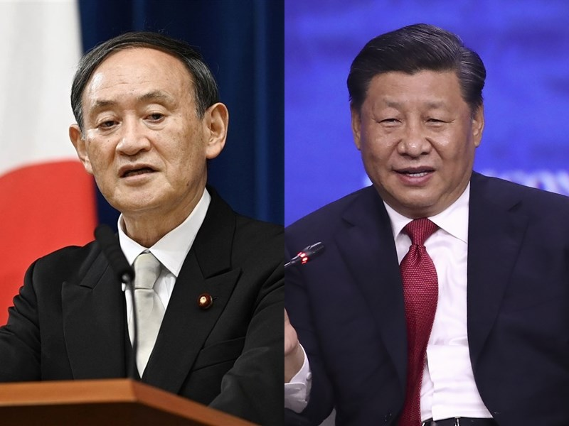 日本首相菅義偉(左)25日晚間與中國國家主席習近平(右)電話會談,兩人關注日中關係發展,但未談論日本政府先前邀習近平訪日一事。(左圖共同社,右圖中新社)