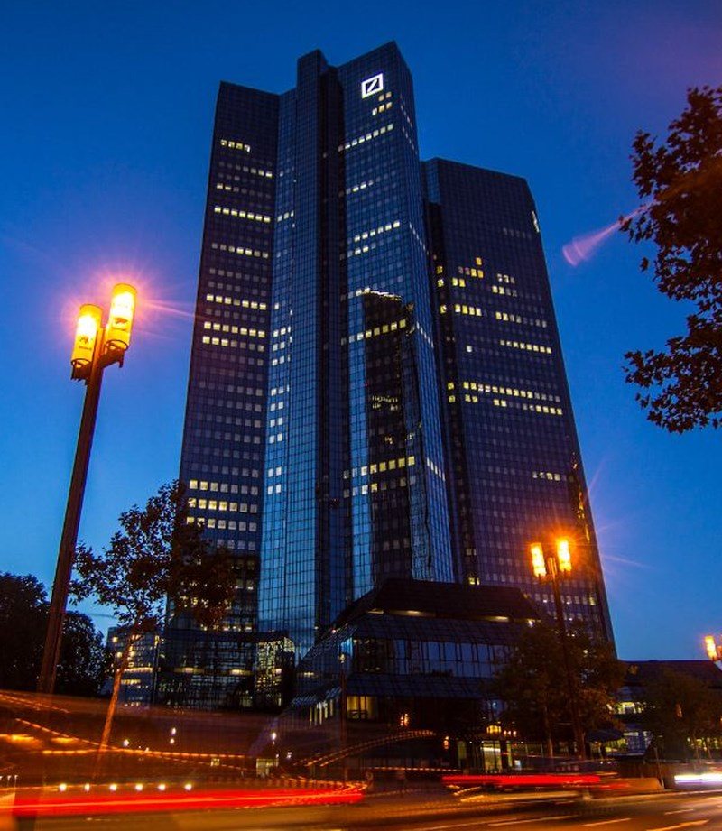 美國媒體CNBC報導,在一份報告揭露多家全球大型銀行過去20年疑涉非法轉移資金後,遭點名的德意志銀行(圖)及摩根大通等銀行21日面臨沉重賣壓,股價重挫,也帶動全球銀行股走低。(圖取自facebook.com/DeutscheBank)