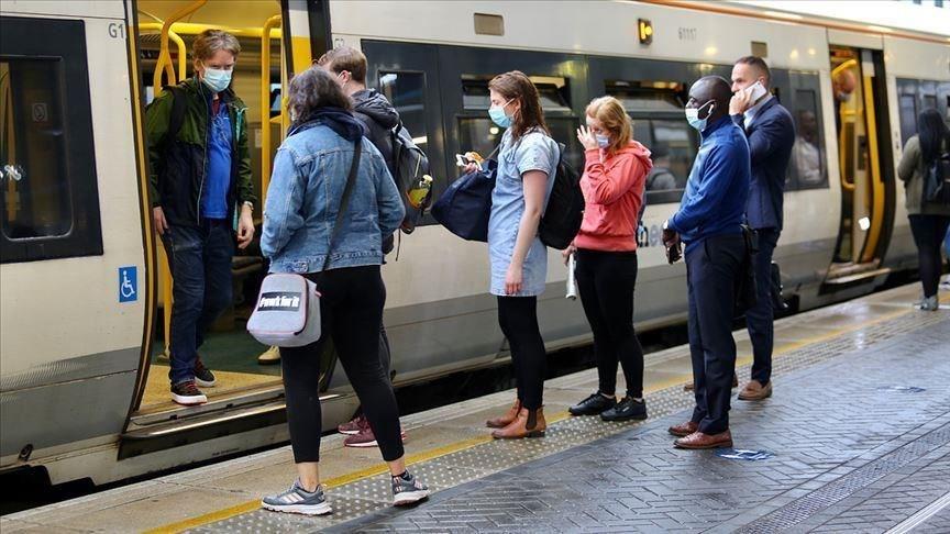 英國首相強生22日在下議院表示,為控制第2波武漢肺炎疫情,將對英格蘭地區祭出新的防疫限制措施。圖為英國民眾通勤時戴口罩情形。(安納杜魯新聞社)