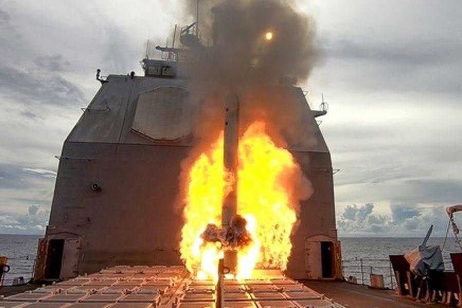 美軍太平洋艦隊21日發布新聞稿及照片指出,安提坦號巡洋艦成功發射戰斧攻陸飛彈命中關島外海的一處無人島。(圖取自facebook.com/USNavy)
