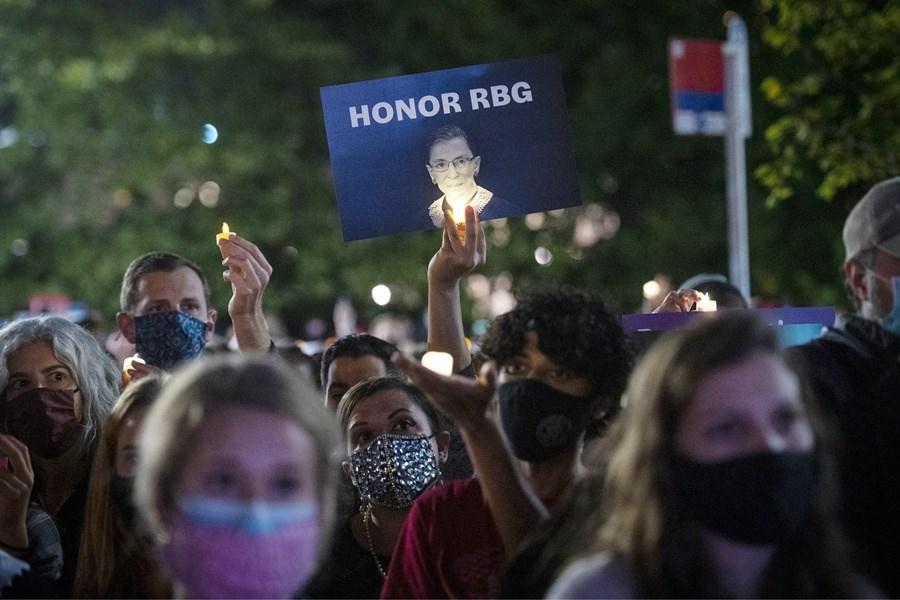 美國自由派大法官金斯柏格病逝,引爆總統是否可在大選前數週提名繼任人選爭議。圖為19日晚間美最高法院前上千民眾齊聚悼念金斯柏格。(美聯社)