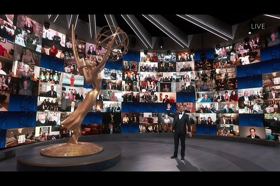 美國電視圈最高榮譽艾美獎「遠距」頒獎典禮順利舉行且廣受好評,但美國廣播公司21日證實,收視率再創新低。圖為2020年艾美獎主持人吉米金摩。(圖取自艾美獎網頁emmys.com)