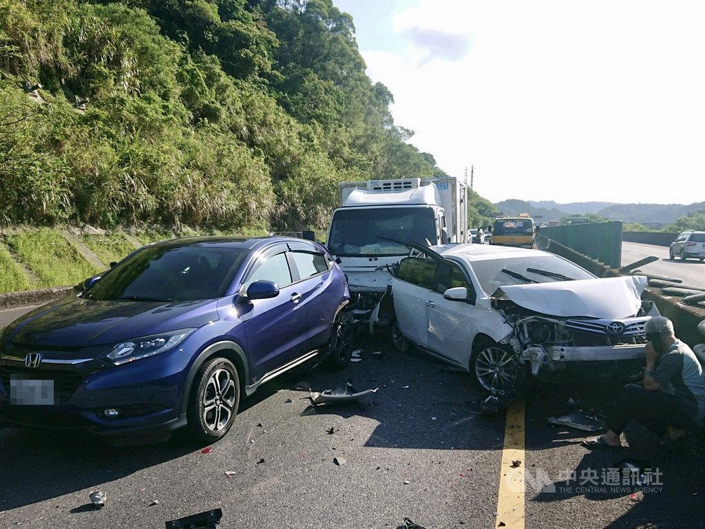 基隆台62線萬瑞快速公路西向7.4公里處23日上午發生5車追撞事故,造成2人受傷送醫,所幸經治療後已無大礙。(讀者提供)中央社記者王朝鈺傳真 109年9月23日