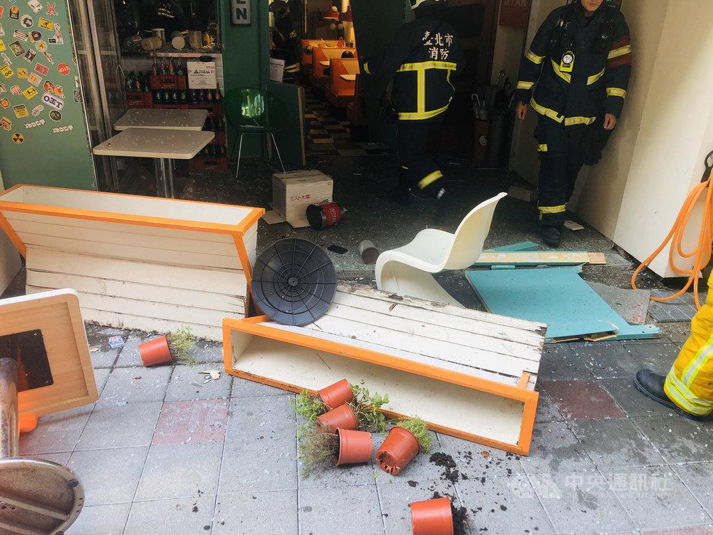台北市市民大道附近一間餐廳23日下午疑發生氣爆,警消獲報後立即趕赴現場救援,2名男性員工受傷送醫。(民眾提供)中央社記者劉建邦傳真 109年9月23日