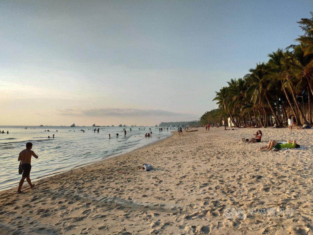 為藉助旅遊業帶動經濟復甦,馬尼拉當局23日宣布,10月起開放武漢肺炎檢驗結果陰性的國內旅客造訪長灘島。圖為疫情爆發前長灘島景象,攝於2019年9月24日。中央社記者陳妍君長灘島攝 109年9月23日
