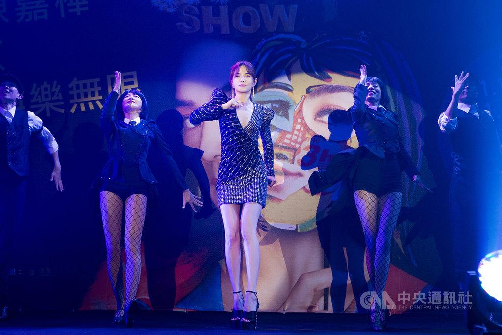歌手Ella(陳嘉樺)(中)將於11月14、15日在台北流行音樂中心舉辦「艾拉秀-娛樂無限」演唱會,她表示,這次表演幾乎是全新內容,還特別準備3首新歌。(寬魚、勁樺提供)中央社記者王心妤傳真 109年9月23日