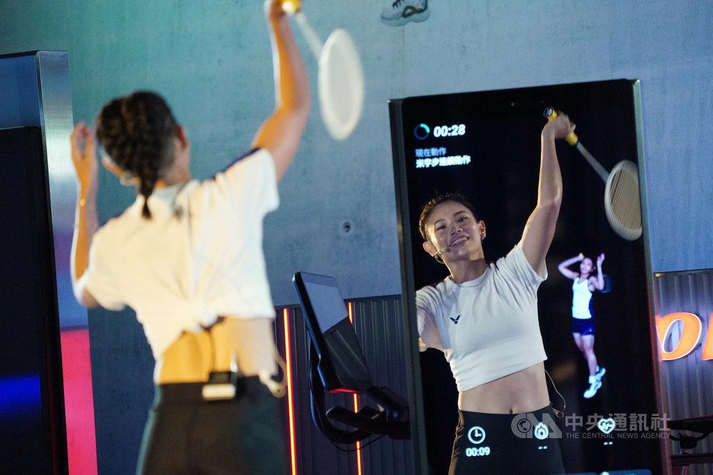 世界球后戴資穎23日出席健身器材廠商代言活動,戴資穎跟著自己錄製的羽球課程影片示範動作。中央社記者徐肇昌攝  109年9月23日