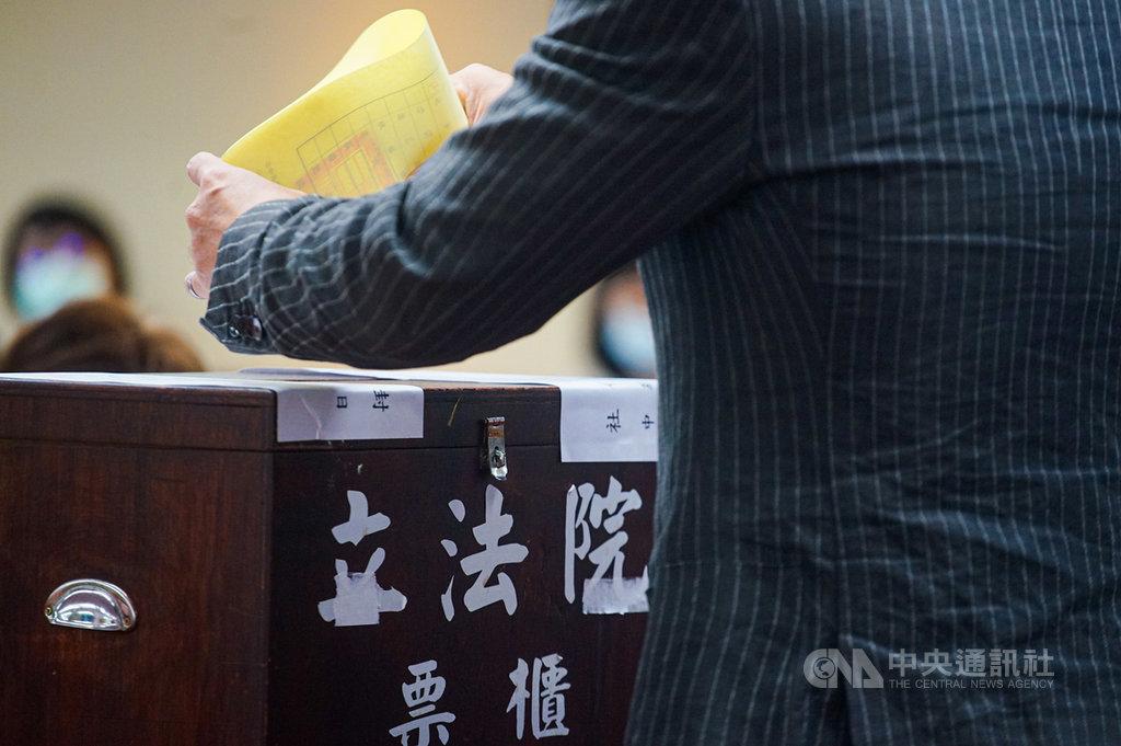 立法院23日舉行各委員會召委選舉,民進黨共拿下9席、國民黨則獲7席召委。中央社記者王騰毅攝  109年9月23日