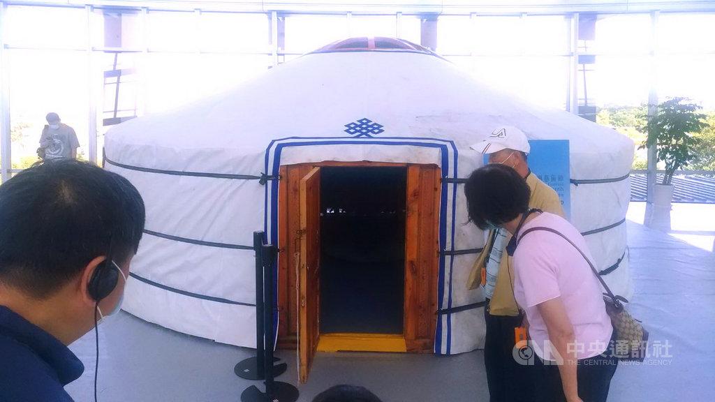搭配2020「故宮亞洲藝術節-蒙古月」展覽,故宮南院23日在2樓大廳搭設一個直徑約6公尺的蒙古包,遊客可入內參觀,並設專人導覽。中央社記者蔡智明攝 109年9月23日