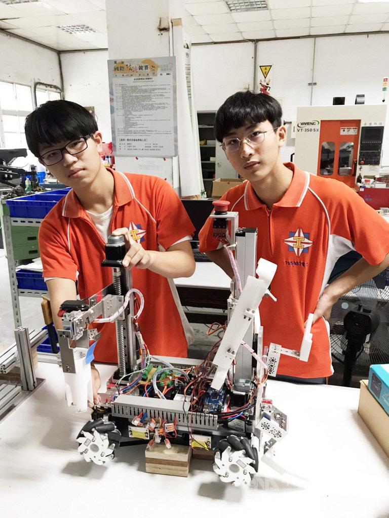 國立花蓮高工學生許浩維(左)與彭崧瑜(右)參加全國技能競賽,奪下機器人項目銅牌。(花蓮高工提供)中央社記者張祈傳真  109年9月23日