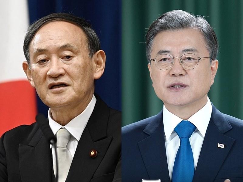 日本富士新聞網報導,首相菅義偉(左)上任後,與韓國總統文在寅(右)首次電話會談擬在24日上午進行。(左圖共同社;右圖取自facebook.com/TheBlueHouseKR)