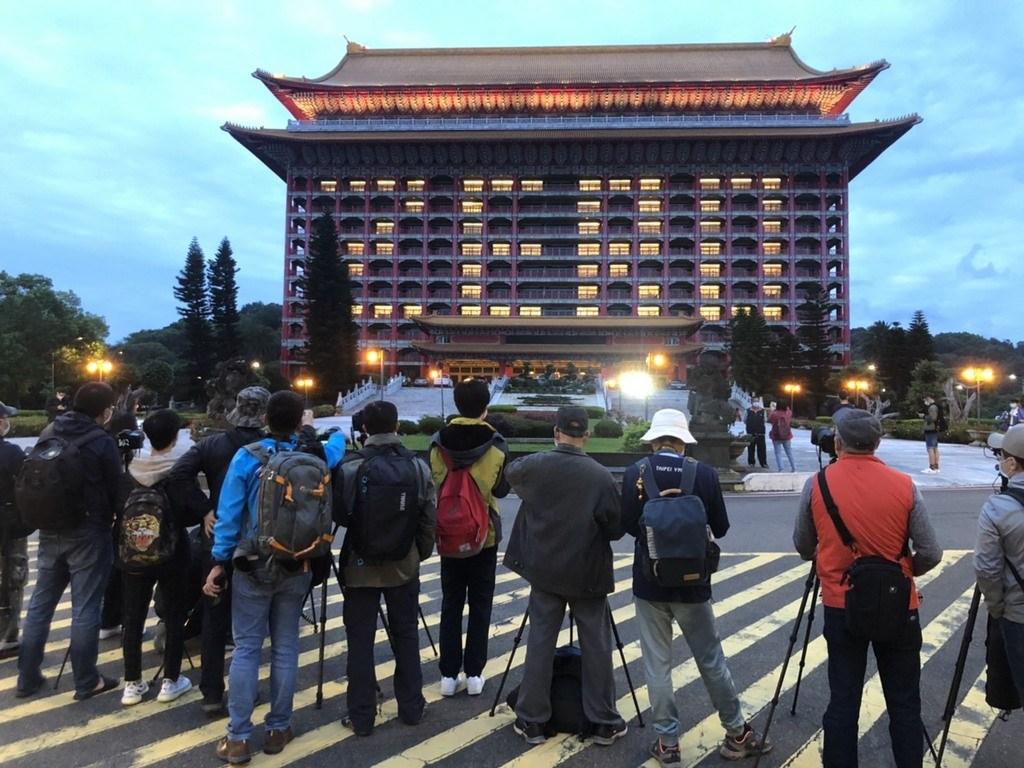 Agoda公布2020下半年的全球十大熱搜旅遊景點,台灣排名全球第一。圖為台北圓山大飯店點亮ZERO字樣吸引不少民眾搶拍。(圓山飯店提供)