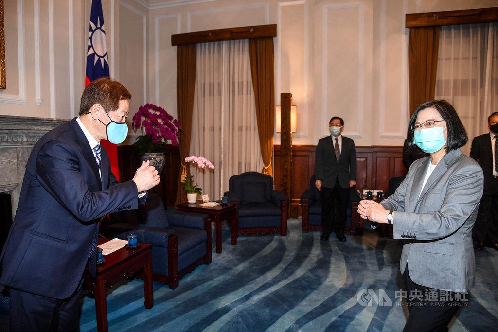 總統蔡英文(前右)24日在總統府接見台積電董事長劉德音(左)等半導體產業代表,向眾人拱手致意。中央社記者鄭清元攝 109年9月24日