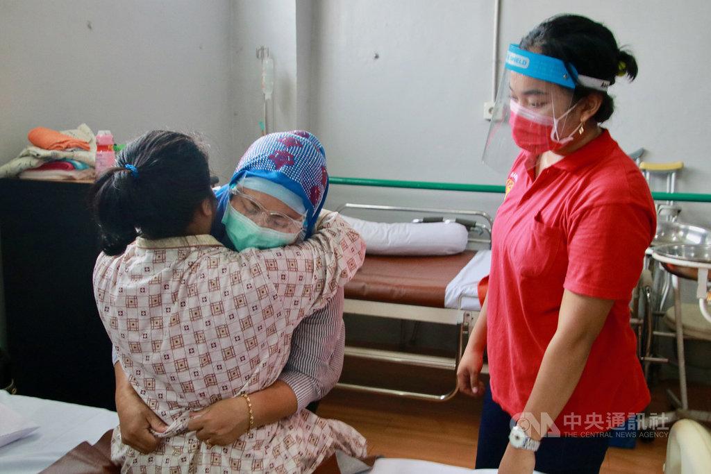 印尼看護工是支撐台灣長照需求的主力,占台灣社福移工7成。即將到台灣當看護工的移工們21日在雅加達的人力仲介公司,學習如何照顧病人。中央社記者石秀娟雅加達攝