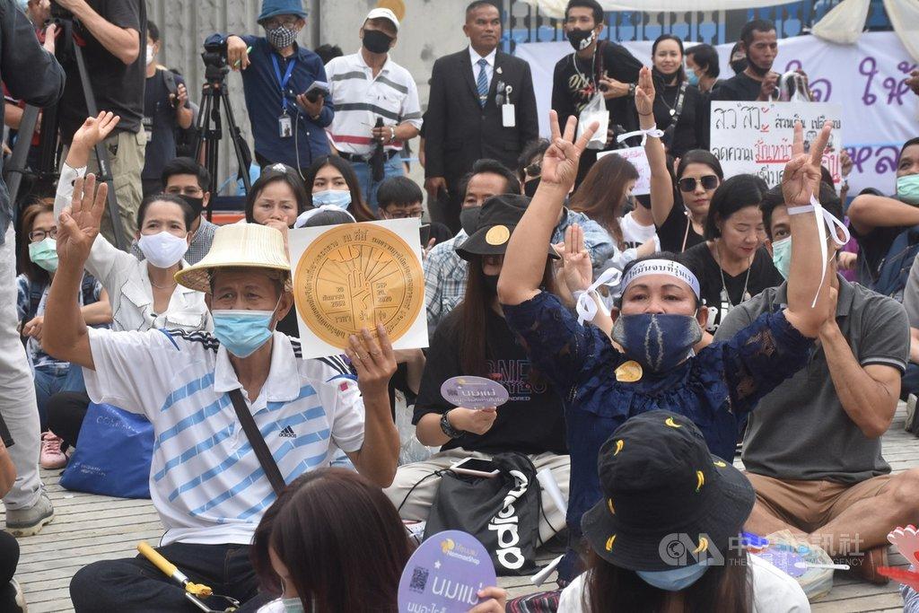 民間團體自由人民(Free People)24日傍晚號召上千民眾到國會前面,呼籲國會通過在野聯盟的修憲版本。現場支持者熱情高舉雙手回應台上講者。中央社記者呂欣憓曼谷攝 109年9月24日