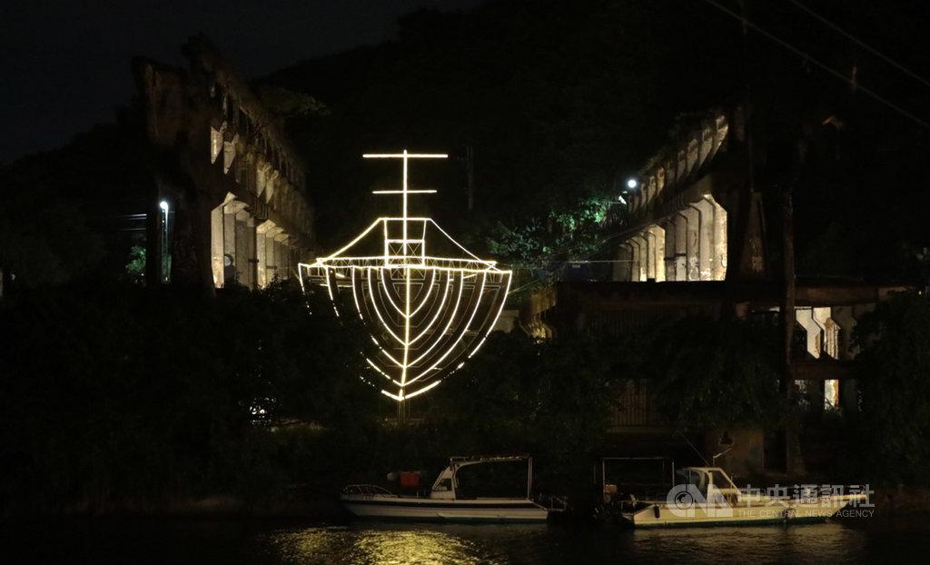 基隆市文化局舉辦「2020基隆潮藝術:海的一日」,24日晚間舉行開幕晚宴,宴後並為船型光雕作品「阿根納的船」點燈。中央社記者王朝鈺攝 109年9月24日