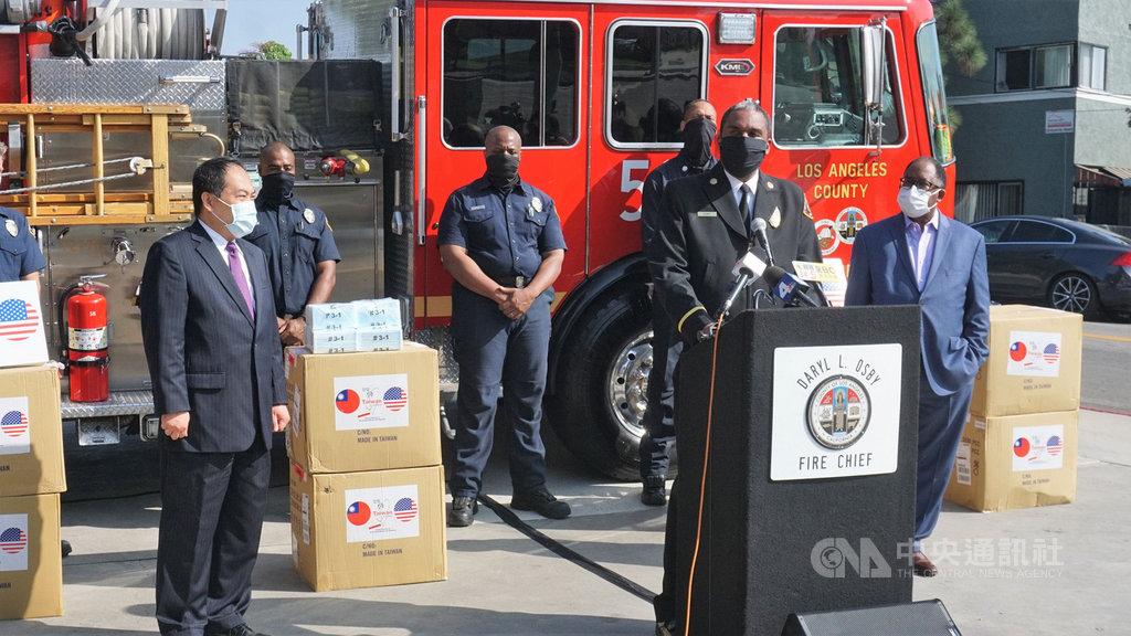 駐洛杉磯台北經濟文化辦事處處長黃敏境(前左)23日代表台灣政府捐3萬5000片口罩給洛杉磯郡消防局,他致詞時說「我們都是洛杉磯人」。前右為洛杉磯郡長瑞德里.湯瑪斯(Mark Ridley-Thomas)、講台上為郡消防局長歐斯比(Daryl Osby)。中央社記者林宏翰洛杉磯攝 109年9月24日
