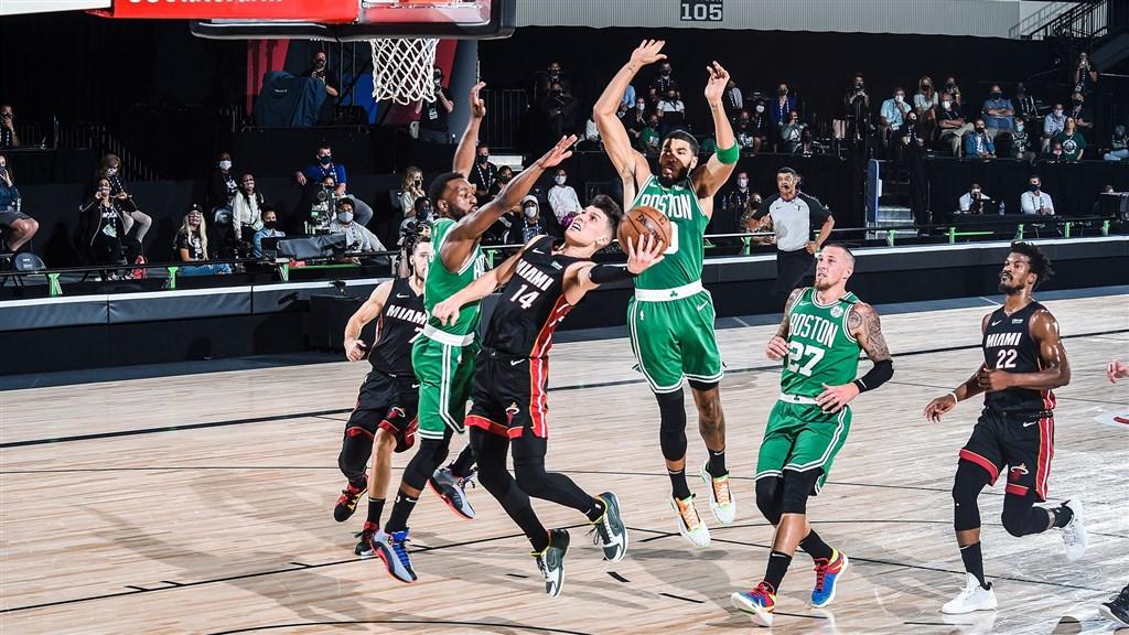 美國職籃NBA邁阿密熱火23日歷經一番苦戰,終場112比109擊敗波士頓塞爾蒂克。(圖取自twitter.com/MiamiHEAT)