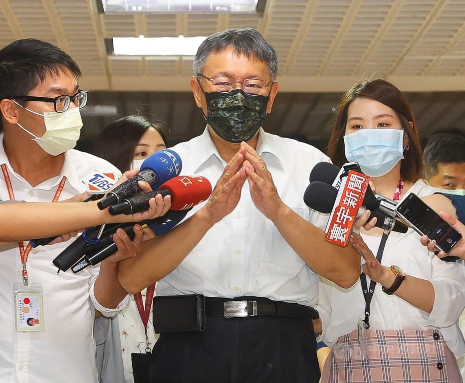 助中國國民黨立法院黨團拿下7席召集委員的台灣民眾黨主席柯文哲(中)24日表示,民眾黨立場是不同議題可跟不同人合作,且民主進步黨在食品安全政策沒準備好。中央社記者謝佳璋攝 109年9月23日