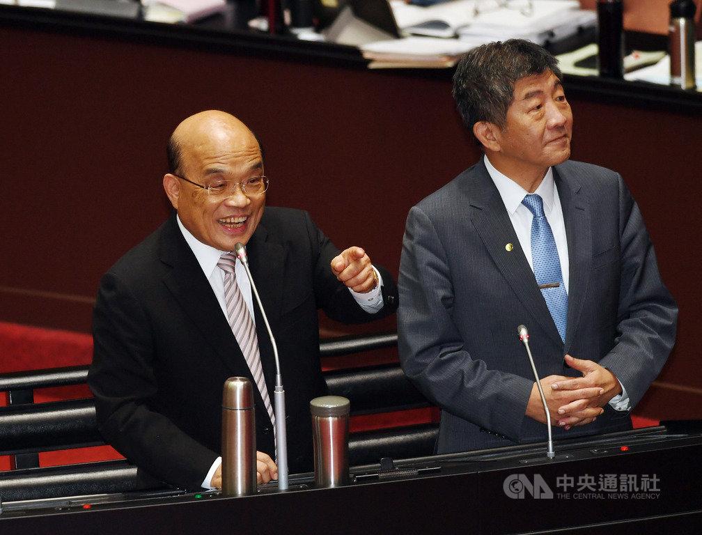 行政院長蘇貞昌(左)與衛福部長陳時中(右)25日下午在立法院備質詢,現場氣氛和諧。中央社記者施宗暉攝 109年9月25日