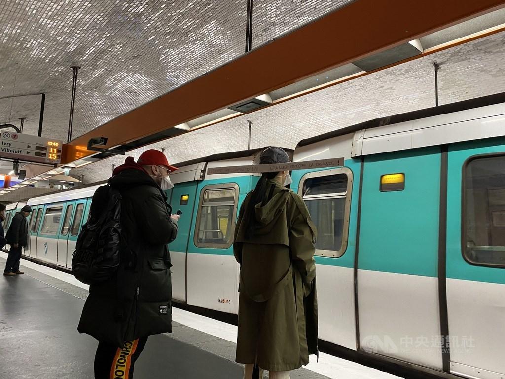 法國武漢肺炎24日新確診病例打破先前1萬3498例的單日最高記錄,並在8天內第4次創下單日新高。圖為巴黎地鐵站內民眾戴上量尺與他人保持社交距離。(中央社檔案照片)